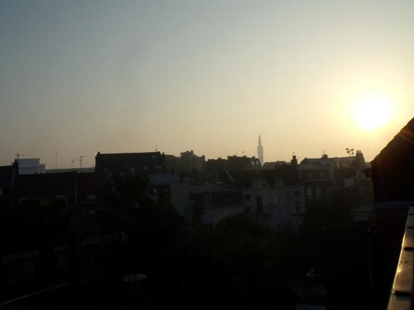Lever de soleil depuis la fenêtre de la chambre