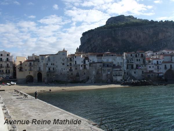 Passer l'hiver au bord d'une des 20 plus belles plages du monde selon le Lonely Planet, à Cefalu, en Sicile.