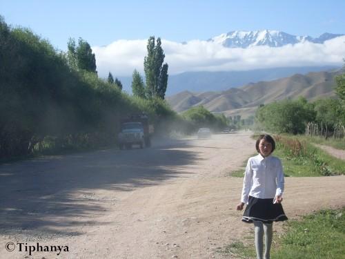 Sur le chemin de l'école, jour du spectacle des élèves, d'où la jolie jupe de la demoiselle.