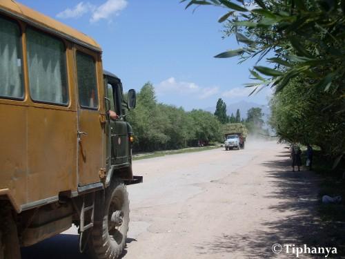Quand un car de touristes russes croisent un camion rentrant du foin.