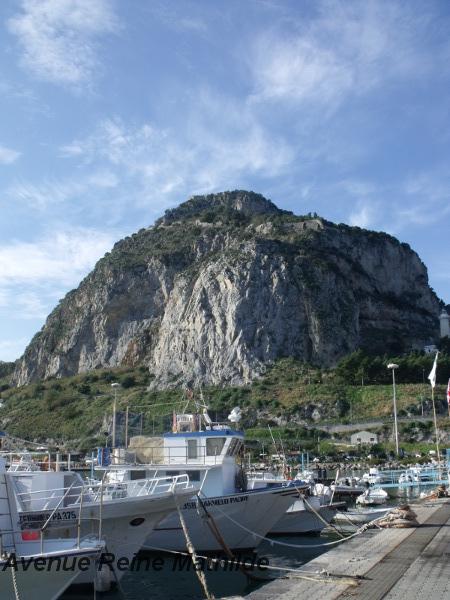 """La marina et le """"rocher"""" dominant toute la ville"""