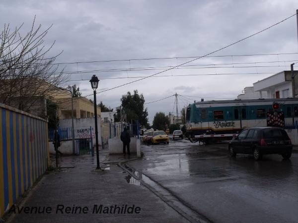 Une rue propre, un train, une petite pluie, Carthage - mars 2014