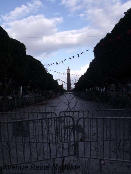 L'avenue Habib Bourguiba et ses barbelés à Tunis