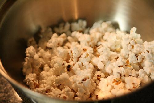 Manger du pop-corn lors d'une séance de cinéma en plein air, en écoutant des histoires de fantômes ou lors d'une soirée pyjama... - crédit photo : Megan Morris
