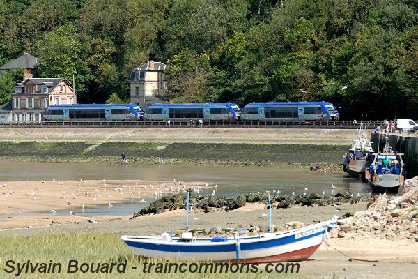 En Normandie, le TER longe le port de Dives sur Mer