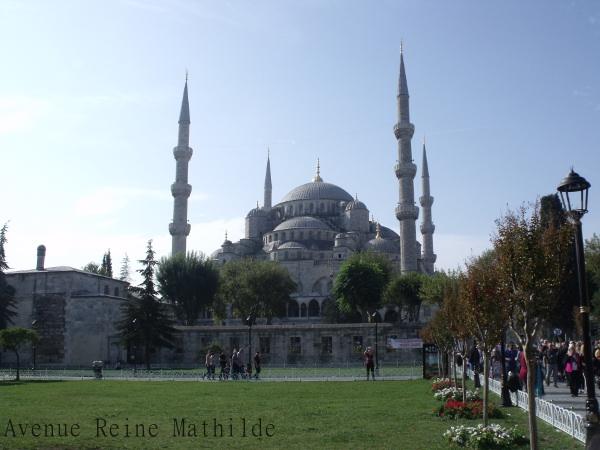 Se laisser surprendre au détour d'une route encombrée par la Mosquée Bleue d'Istanbul et son parterre de touristes.