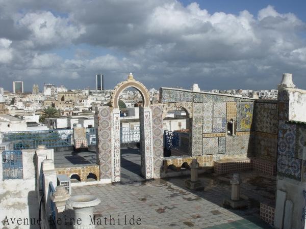 S'enfoncer dans le coeur de la Medina de Tunis et se retrouver brusquement au soleil.