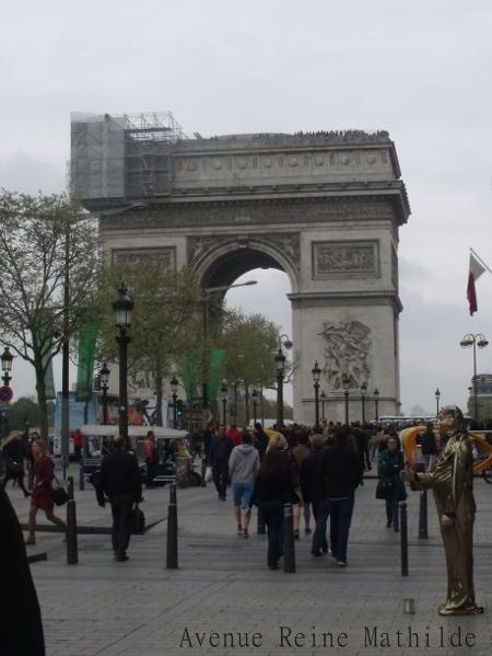 Admirer l'Arc de triomphe, se mesurer à lui, le mitrailler de photo.