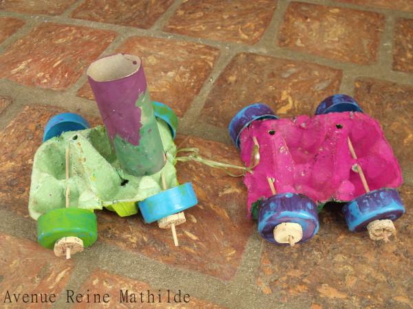 Petit train avec des boites d'oeuf, un rouleau de papier toilette, des bouchons en plastique et des piques à brochette.