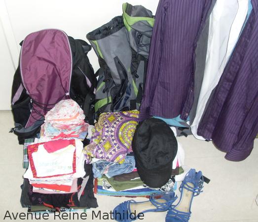 Nos sacs vides et tous les vêtements prévus pour 2 adultes et 1 bébé pour 1 mois en été au Japon.