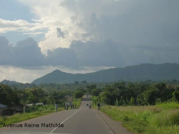 Au Togo, entre notre logement et l'école, quelque part au nord de Kara - crédit photo : l'une des trois autres volontaires (je n'avais pas encore de numérique)