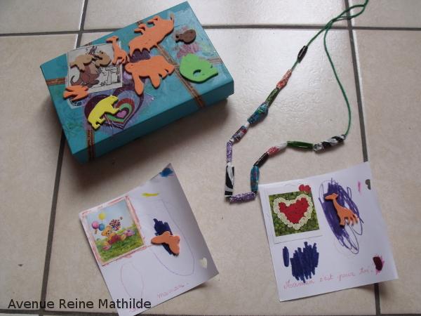 Merci Julie d'avoir aidé Nine à réaliser des perles, puis un collier, et des cartes et même à décorer la boîte comprenant le tout !