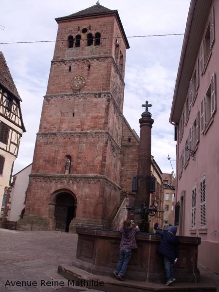 Eglise Notre Dame à Saverne - Nine s'amuse avec Sacha un autre enfant voyageur à la maman blogueuse