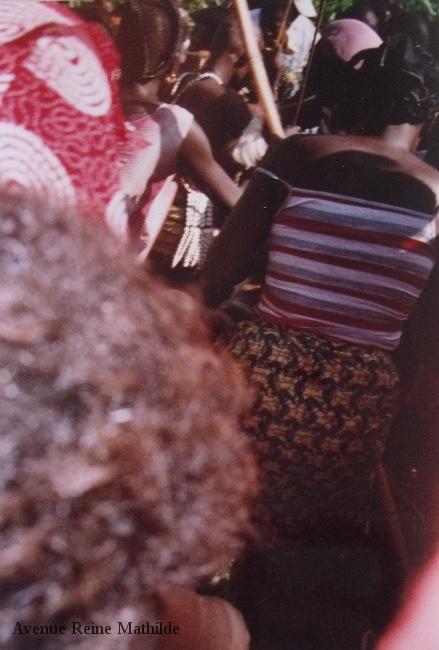 Photo prise discrètement (on m'avait conseillé de ne pas montrer mon appareil photo) dans la procession conduisant les jeunes filles célébrant akpéma