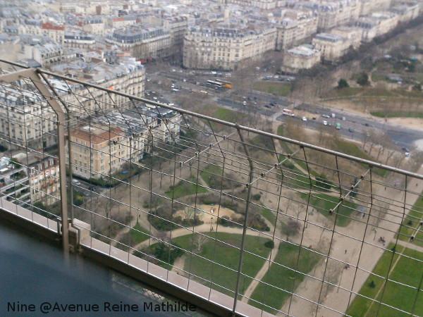Le parc sous la Tour Eiffel