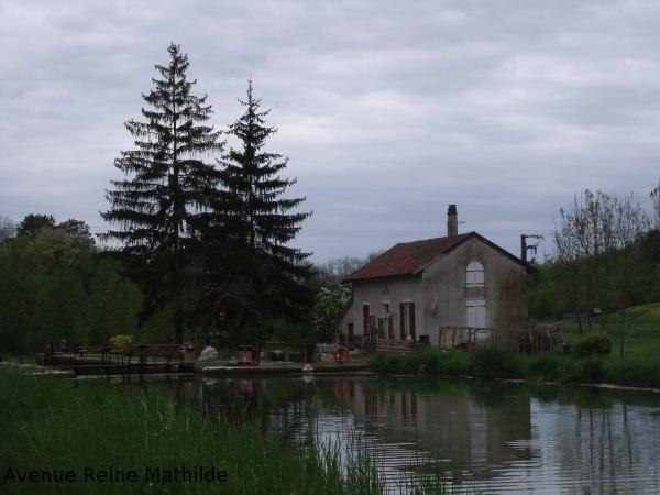 Ecluse sur le canal de Bourgogne à proximité de Montbard