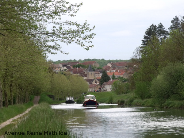 Le canal de Bourgogne et l'un de ses petits villages